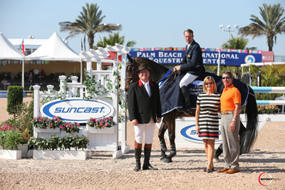 Peter Wylde and Wannahave in their winning presentation with ringmaster Cliff Haines and Jeannie and Tom Tisbo of Suncast. Photo © Sportfot.