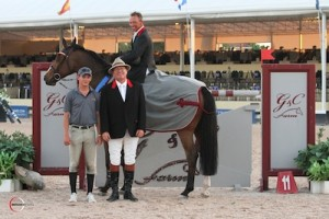 Todd Minikus and Quality Girl in their winning presentation with ringmaster Cliff Haines and Mark Bluman of G&C Farm. Photo © Sportfot.