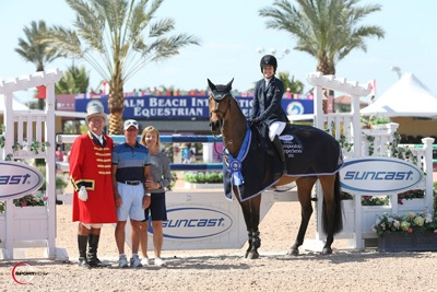 Jessica Springsteen and Vindicat W in their winning presentation with ringmaster Cliff Haines and Tom and Jeannie Tisbo of Suncast. Photo © Sportfot.