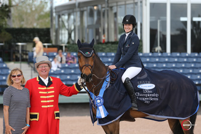 Jessica Springsteen and Vindicat W in their winning presentation with Jeannie Tisbo for Suncast and ringmaster Cliff Haines. Photo © Sportfot.
