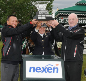 Leslie Howard celebrates her win with Kevin Reinhart, CEO, Nexen Inc., and Mr. Fang Zhi, Executive Vice President, CNOOC. Photo © Spruce Meadows Media Services.