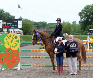 ©ESI Photography Tony Hitchcock and Flora Veitch of HITS present top honors to Agatha D'Ambra and Udiana after the $75,000 HITS Grand Prix, presented by Zoetis.