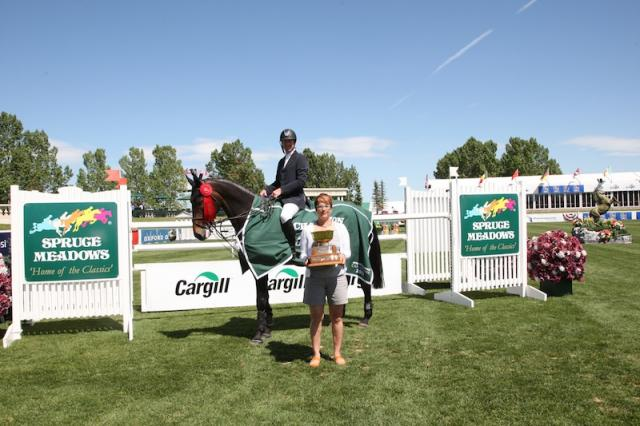 McLain Ward in his winning presentation with Chantale Entz, spouse of Scott Entz, General Manager Excel Beef/Cargill Foods. Photo © Spruce Meadows Media Services.