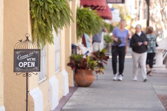 Shopping on Venice MainStreet Photo courtesy of Venice MainStreet